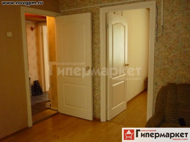 Санкт-Петербург, Лени Голикова улица, 19: 3-комнатную квартиру, 42/29/5 м, 1/5 блочный, хрущевка, 1967 г.п., потолки 2.5 м, без балкона, комнаты 16+8+5 м, прихожая 5 м, хорошее состояние, центральное отопление, ЦГВ, встроенная кухня, прихожая, телевизор, ламинат, счетчики, новые межкомнатные двери, окна на разные стороны, солнечная сторона, собственник, срочно, 26'000 руб./в месяц+коммун.платежи, сдам, без комиссии