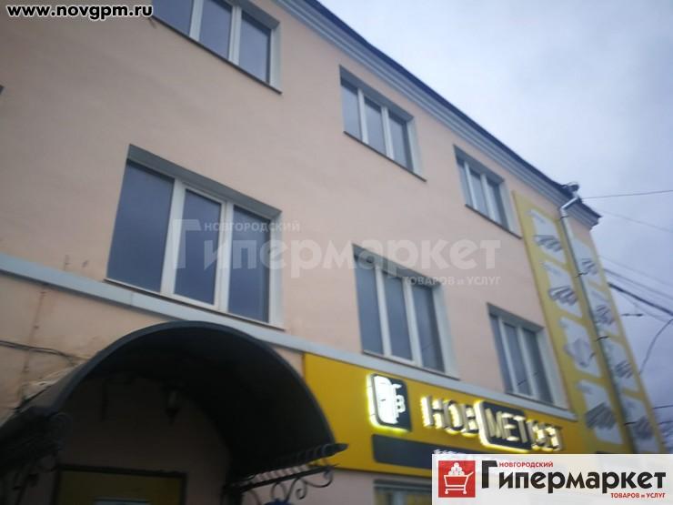 Великий Новгород, Рабочая улица, 51: здание, 1/3 этажное, кирпич, 674.6 м, Продам 1/2 3х этажного здания в промышленном, развитом микрорайоне города. Помещения требуют капитального ремонта. Все коммуникации есть. Здание кирпичное, кабинетная система, два отдельных входа, частично стеклопакеты, решетки на окнах. Возможна поэтажная продажа помещения, на каждом этаже есть мокрая точка и выход на лестничную клетку, 6'000'000 руб., продам